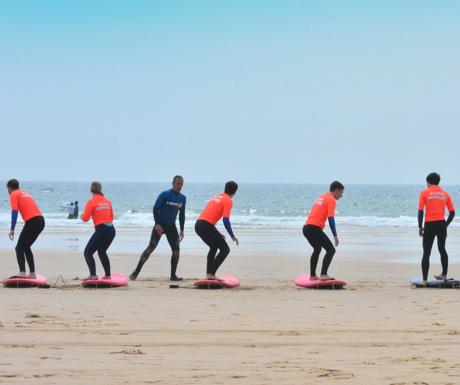 aula de surf em grupo